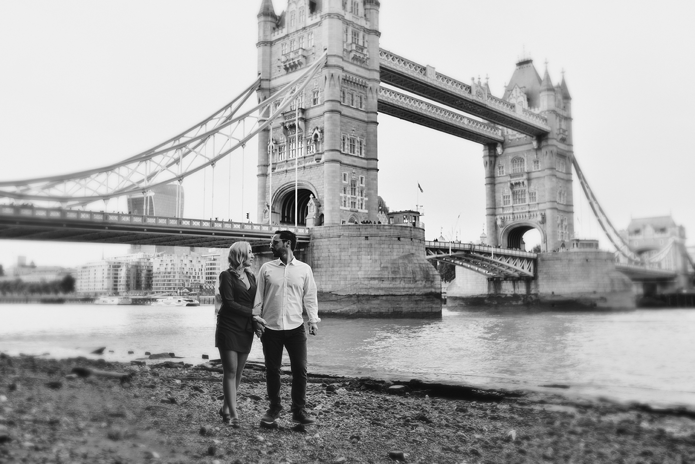 Tower bridge engagement session 7 - 10 perfect ways to use engagement photos